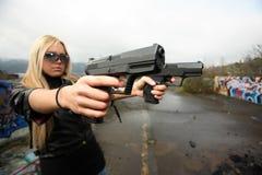 Junge Frau mit Gewehren Lizenzfreie Stockbilder