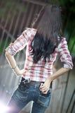 Junge Frau mit Gewehrrückseitenansicht Lizenzfreies Stockfoto