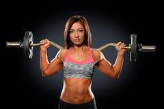 Junge Frau mit Gewichts-Stange hinter Hals Lizenzfreies Stockfoto