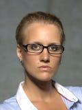 Junge Frau mit Gläsern Stockfoto