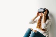 Junge Frau mit Gläsern virtueller Realität Zukünftiges Technologiekonzept Moderne Bildgebungstechnologie Stockfotos