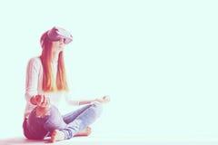 Junge Frau mit Gläsern virtueller Realität Zukünftiges Technologiekonzept Moderne Bildgebungstechnologie Lizenzfreies Stockfoto