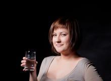 Junge Frau mit Glaswasser Stockbild