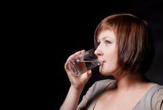 Junge Frau mit Glaswasser Stockfotos