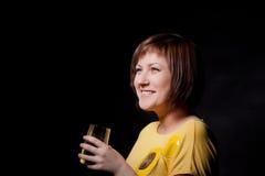 Junge Frau mit Glaswasser Lizenzfreies Stockbild