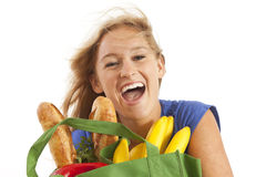 Junge Frau mit grünem aufbereitetem Lebensmittelgeschäftbeutel Stockbild