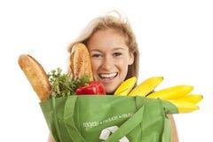 Junge Frau mit grünem aufbereitetem Lebensmittelgeschäftbeutel Stockfotografie