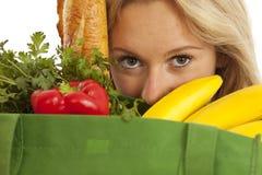 Junge Frau mit grünem aufbereitetem Lebensmittelgeschäftbeutel Lizenzfreie Stockfotografie