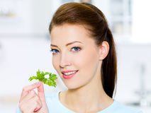 Junge Frau mit grünem Fenchel Lizenzfreie Stockfotos