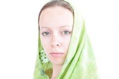 Junge Frau mit grünem Schal Stockfotografie