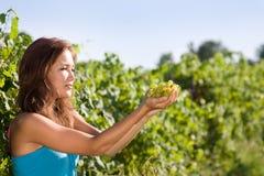 Junge Frau mit grünen Trauben Stockfotos