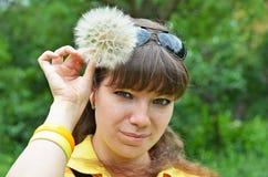 Junge Frau mit großem Löwenzahn Lizenzfreie Stockfotografie