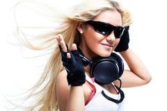 Junge Frau mit großen Kopfhörern Lizenzfreies Stockfoto