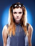 Junge Frau mit Sonderlingsgläsern auf Kopf, unschuldiger Blick Lizenzfreies Stockbild