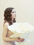 Junge Frau mit großer Blume Lizenzfreie Stockfotos