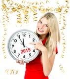 Junge Frau mit großer Uhr- und Parteidekoration partytime 2015 Lizenzfreie Stockfotografie