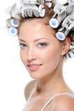 Junge Frau mit Haarlockenwicklern stockfotos