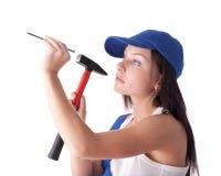 Junge Frau mit Hammer und Nagel stockfotos