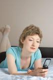 Junge Frau mit Handy Lizenzfreie Stockfotografie