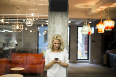 Junge Frau mit Handy Stockfotos