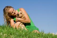 Junge Frau mit Haustierhund Lizenzfreies Stockfoto