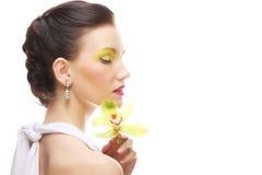 Junge Frau mit hellem bilden das Halten der Orchidee Lizenzfreie Stockfotografie