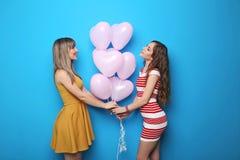 Junge Frau mit Herzballonen Stockfoto
