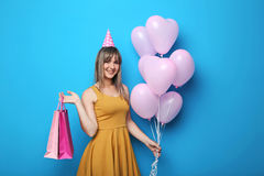 Junge Frau mit Herzballonen Stockfotografie