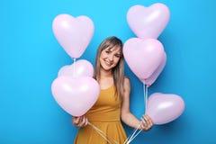 Junge Frau mit Herzballonen Stockbilder