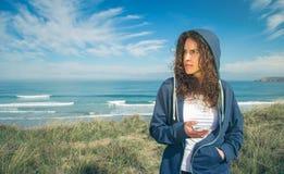 Junge Frau mit Hoodie- und Sportkleidungsholding lizenzfreies stockbild