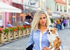 Junge Frau mit Hund stockfoto