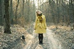 Junge Frau mit Hund im Wald Lizenzfreies Stockfoto