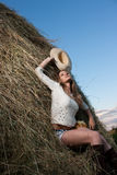 Junge Frau mit Hut Stockfoto