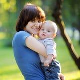 Junge Frau mit ihrem Baby Lizenzfreies Stockbild