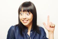 junge Frau mit ihrem Finger oben Gute Idee! Stockfoto