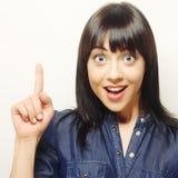 junge Frau mit ihrem Finger oben Gute Idee! Lizenzfreies Stockbild