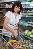 junge Frau mit ihrem gekauften Lebensmittelgeschäftfeld Lizenzfreies Stockfoto