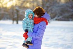 Junge Frau mit ihrem Kleinkindsohn Lizenzfreies Stockbild