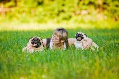 Junge Frau mit ihren Hunden in einem Park Stockfotos