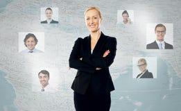 Junge Frau mit ihren weltweiten Kunden Stockfotografie