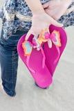 Junge Frau mit ihrer Hefterzufuhr auf dem Strand lizenzfreies stockbild