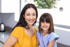 Junge Frau mit ihrer Tochter in der Küche Stockbilder