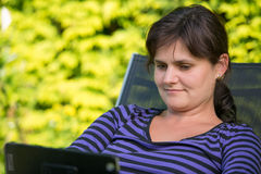 Junge Frau mit iPad stockbild