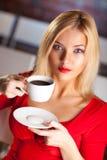 Junge Frau mit Kaffee lizenzfreie stockfotos