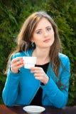 Junge Frau mit Kaffee stockbild