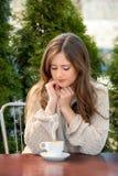 Junge Frau mit Kaffee stockfotos