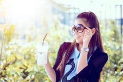 Junge Frau mit Kaffee im Garten Lizenzfreies Stockbild