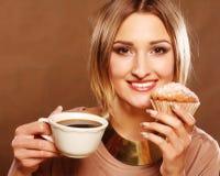 Junge Frau mit Kaffee und Plätzchen Stockfoto