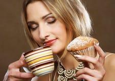 Junge Frau mit Kaffee und Plätzchen Lizenzfreies Stockfoto