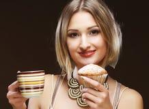 Junge Frau mit Kaffee und Plätzchen Lizenzfreie Stockbilder